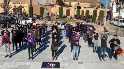 Performance de les Papallones Liles a Creixell aquest diumenge en contra de la violència masclista
