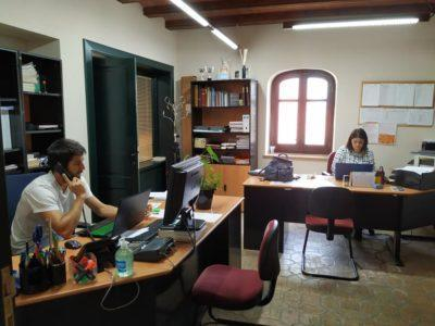 Voluntaris porten menjar i medicaments a persones grans en diversos municipis del Baix Gaià