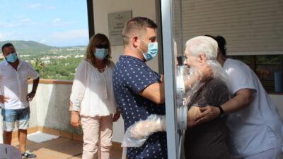 'La finestra de les abraçades': enginy creixellenc per poder donar afecte malgrat la Covid-19