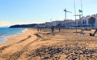 Trasllat de sorra per millorar la platja d'Altafulla
