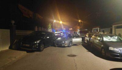 Un conductor begut topa amb dos vehicles aparcats a Torredembarra
