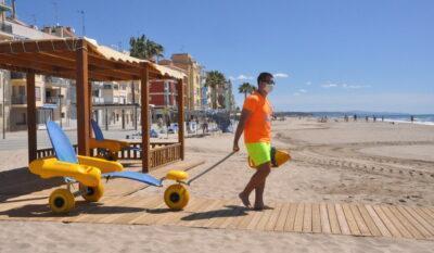 El servei de platja per a persones amb mobilitat reduïda es du a terme a Baix a mar amb mesures adaptades per la Covid-19