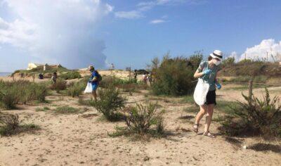 Recollides 47 quilos de deixalles i brossa a l'àmbit dunar del Vinyet