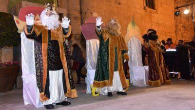 Els Reis d'Orient canvien la cavalcada per l'entrega en persona de regals a les cases a més de 400 infants de Torredembarra