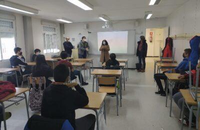 Alumnes de l'Institut de Roda de Berà coneixen el funcionament intern d'un centre de dia de la gent gran