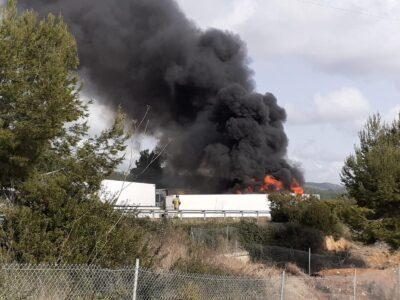 Un camió s'accidenta a l'autopista a Creixell i provoca un aparatós incendi i cues quilomètriques