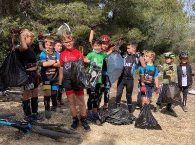 El Casal de Setmana Santa de Bikepark BAUHAUS recull brossa en un camí entre Torredembarra i Altafulla