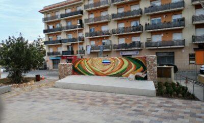 L'escenari del teatret del Parc del carrer Lleida ja té el seu mural, obra de Jordi R. Morera