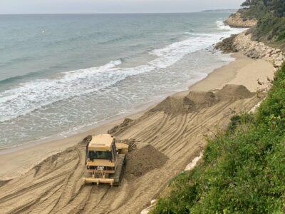 Costes realitza una actuació d'aportació de sorra a la platja Punta d'en Guineu de Roda de Berà