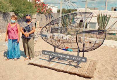 La platja de Creixell llueix una escultura que ens recorda la contaminació del mar a causa del plàstic