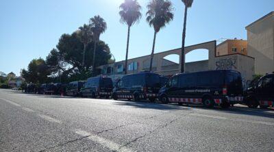 CRÒNICA l Les Naus, desallotjades: tretze furgonetes, tres cotxes i una desena de concentrats