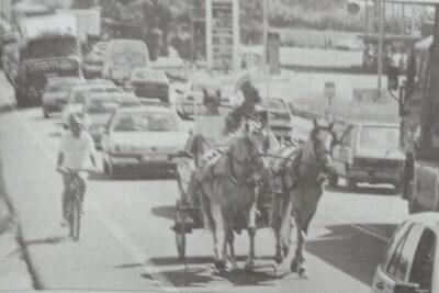 ARA FA 25 ANYS l Estiu de protestes: un carro romà recorre la carretera N-340 i queixes per la brossa generada per un supermercat